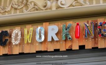 Cartel de CoworkingValencia hecho con material reciclado
